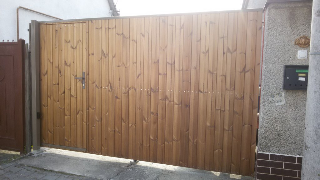 Krídlová brána s integrovanými dverami v ráme