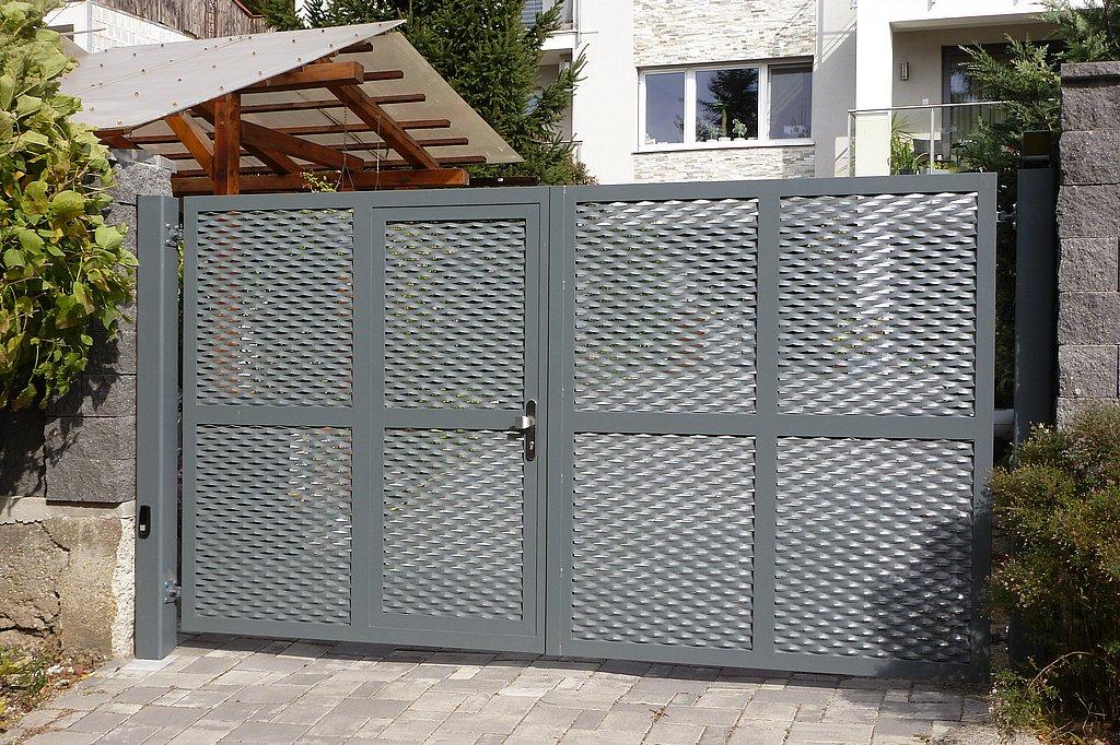 Dvojkrídlová brána s integrovanou vstupnou bránkou, výplň ťahokov