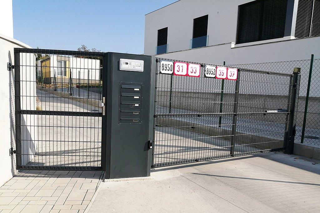 Vstupná brána do areálu so vzdušnou výplňou