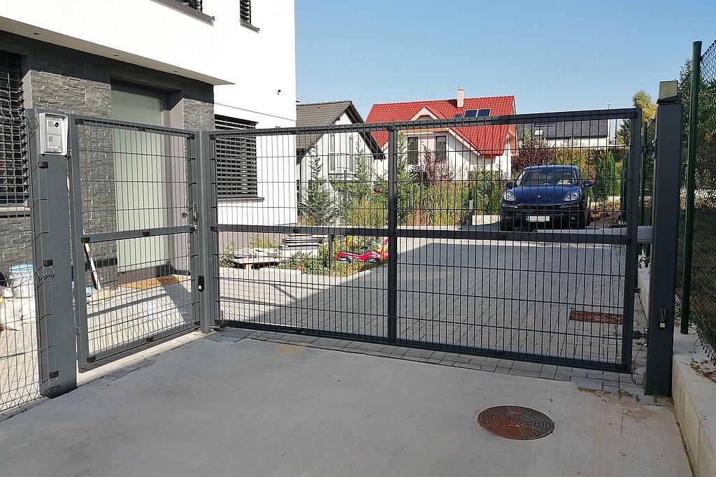 Dvojkrídlová brána s vstupnou bránkou v rovnakom vzhľade