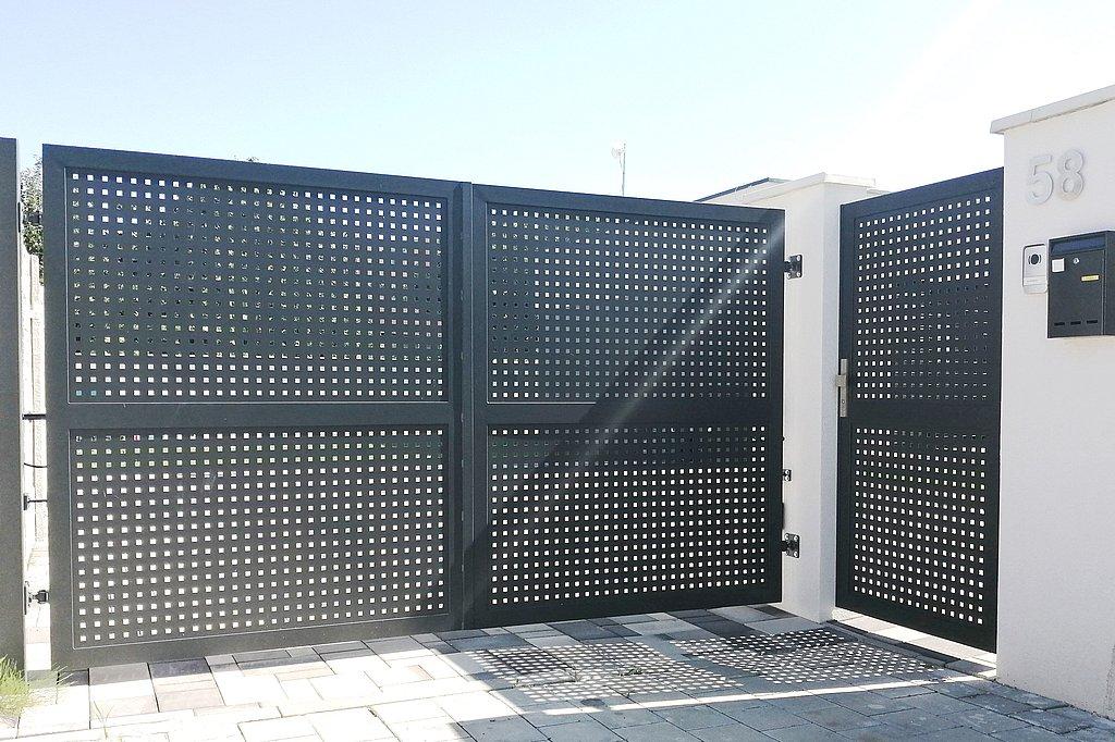 Dvojkrídlová brána so vstupnou bránkou v rovnakom prevedení, výplň dierovaný plech