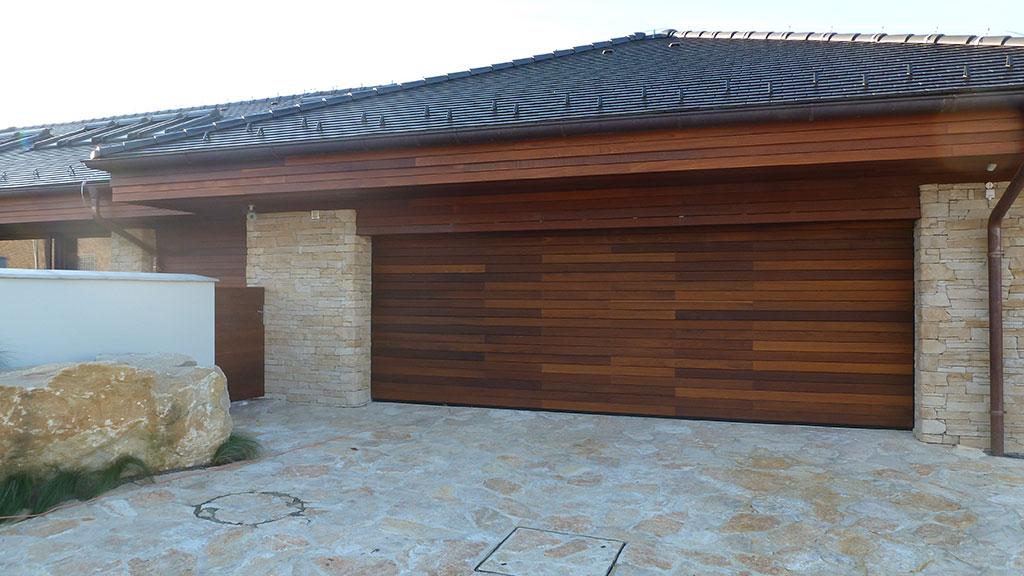 Sekcionálna garážová brána s obkladom