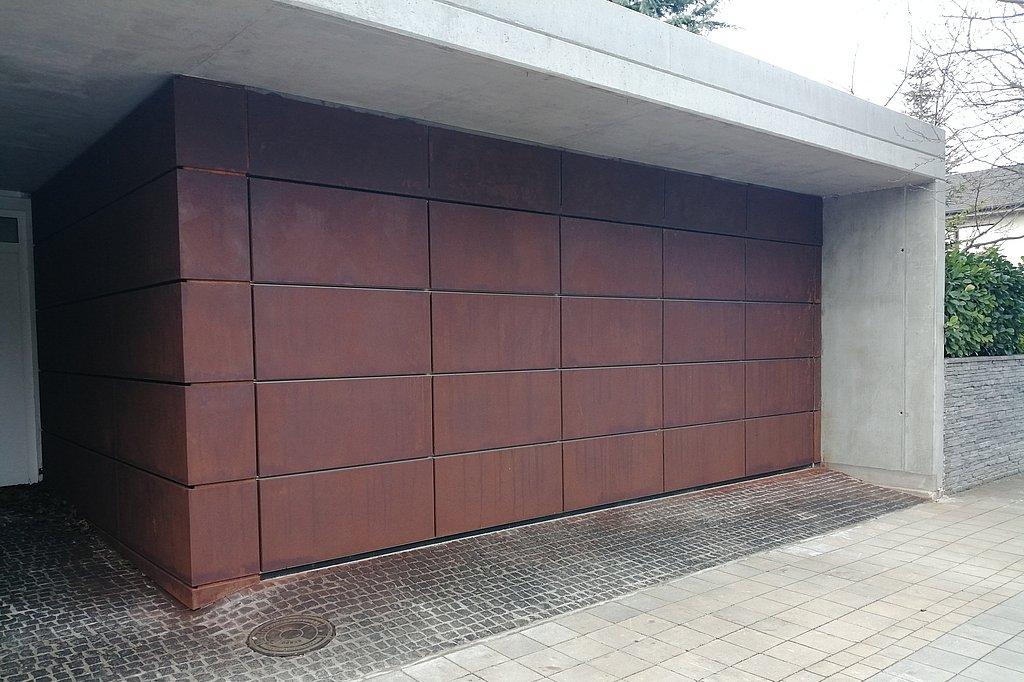 Obkladová sekcionálna brána, v jednotnom vzhľade s fasádou