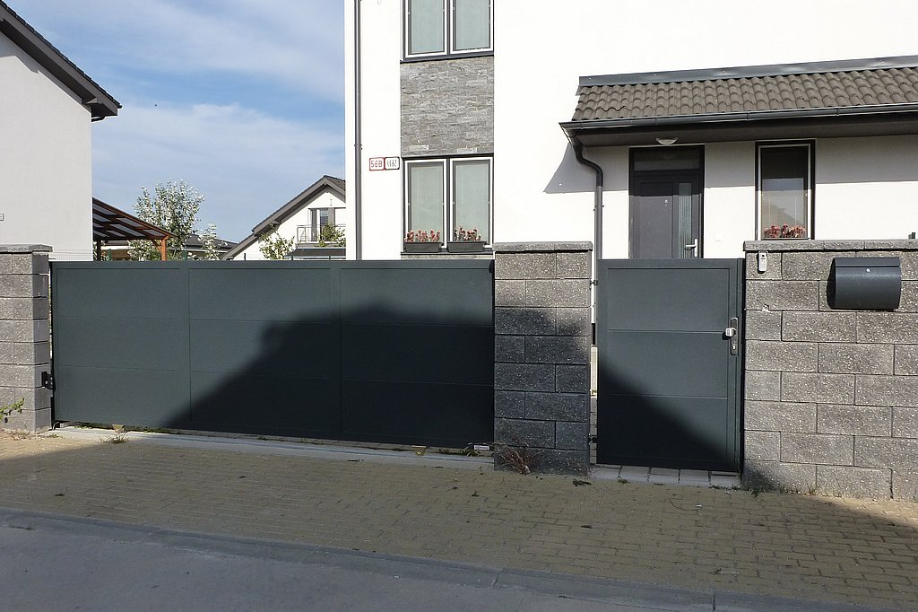 Posuvná brána a vstupná bránka s plnou výplňou