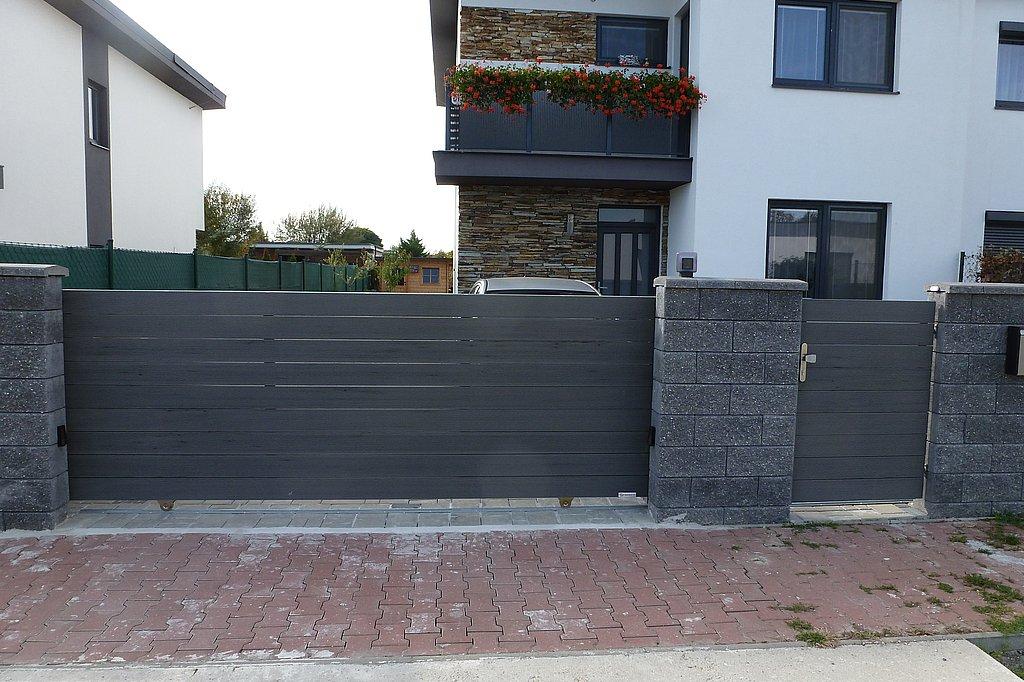 Posuvná brána a vstupná bránka s výplňou drevoplast