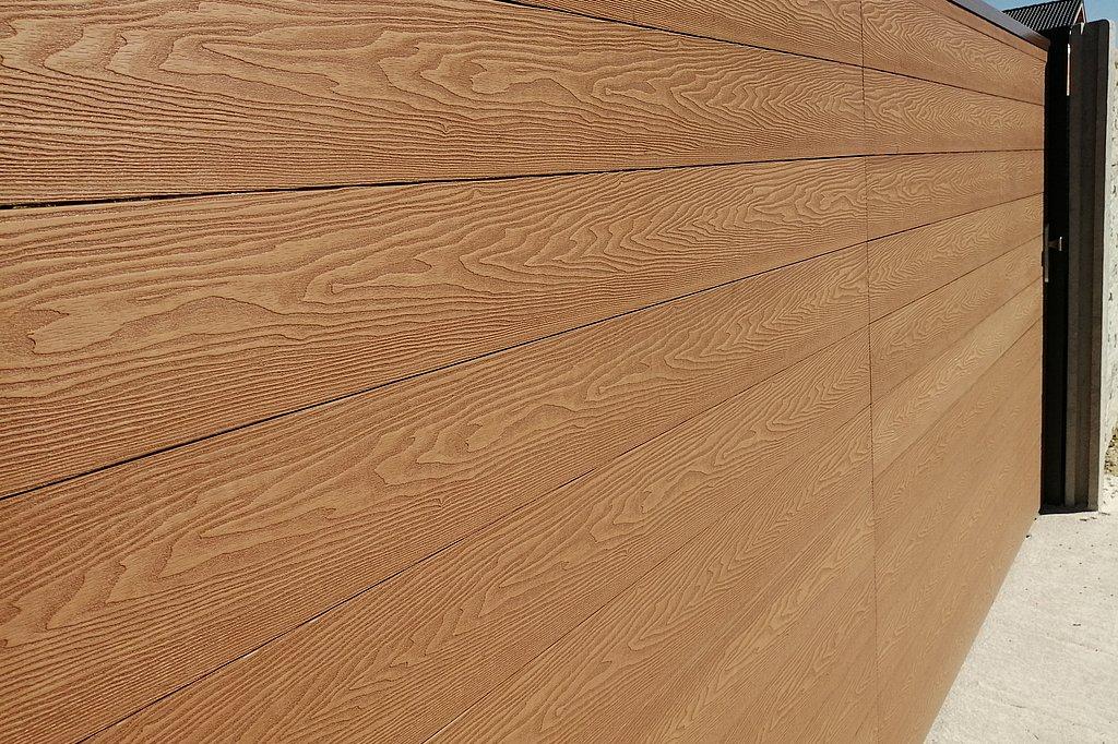Posuvná brána s výplňou drevoplast, s viditeľnou štruktúrou dreva