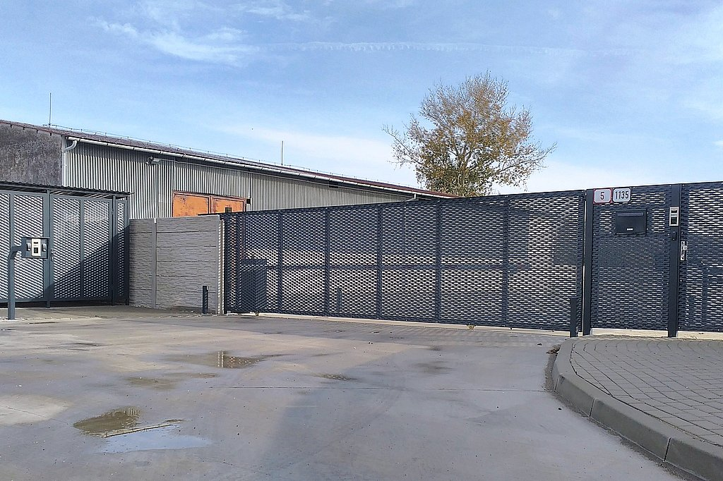 Celkové riešenie posuvnej brány pre otvor 7,5 m, vstupnej bránky a smetiakového stojiska v jednotnom vzhľade
