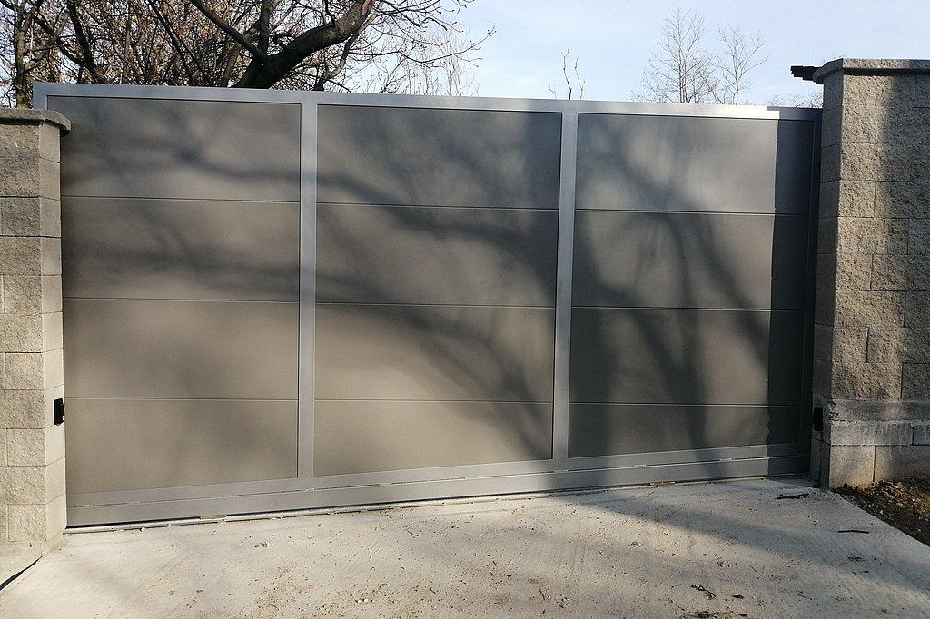 Posuvná brána osadená v spáde