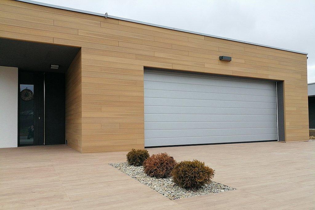 Sekcionálna garážová brána vo farebnom prevedení RAL9006, biely hliník