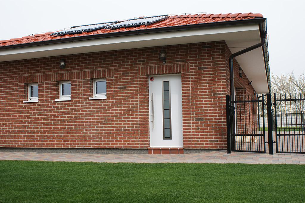 Vstupné domové dvere využité ako vedľajšie dvere